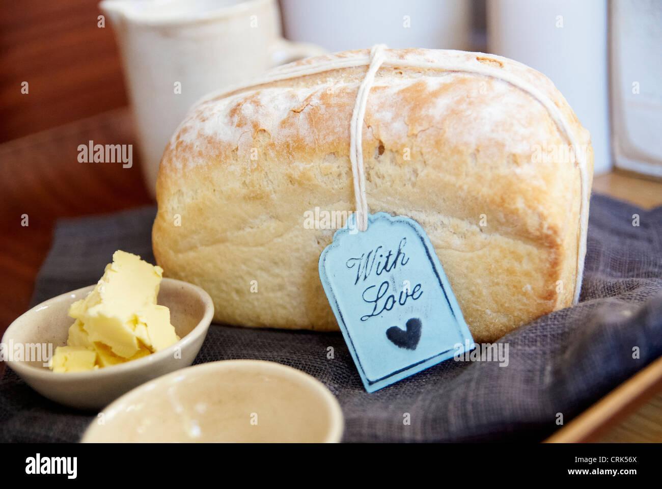 Filone di pane con burro su tela Foto Stock