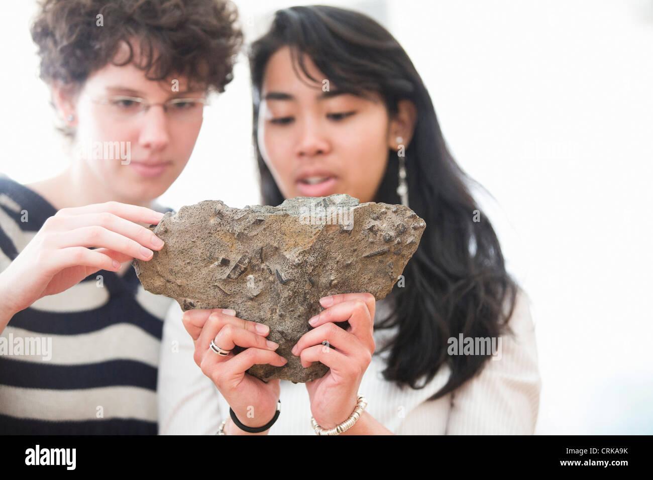 Gli studenti che lavorano in geologia lab Immagini Stock
