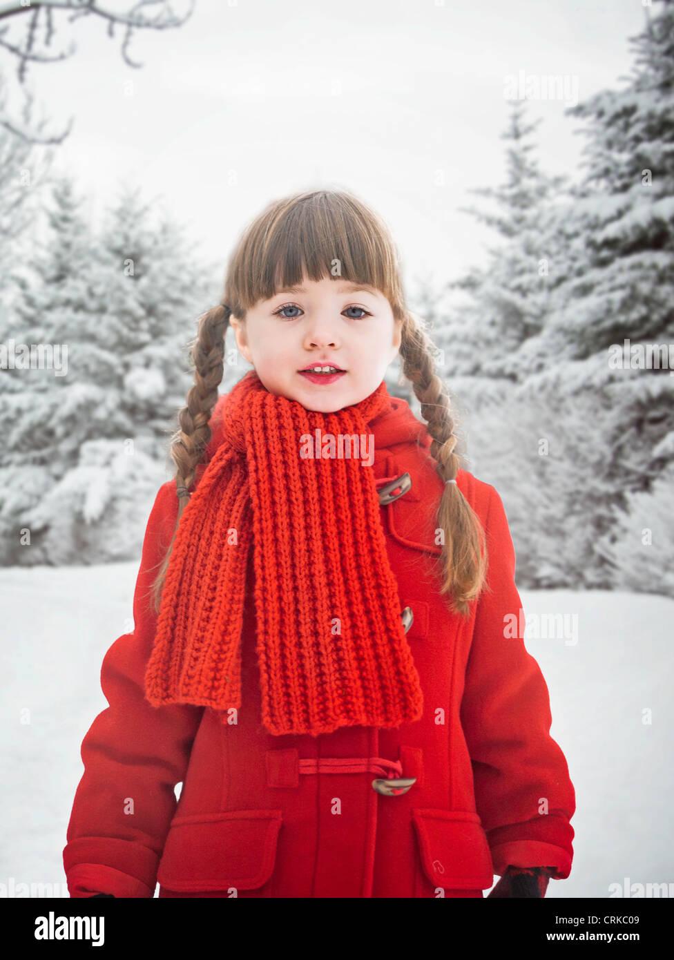 Ragazza sorridente in piedi nella neve Immagini Stock