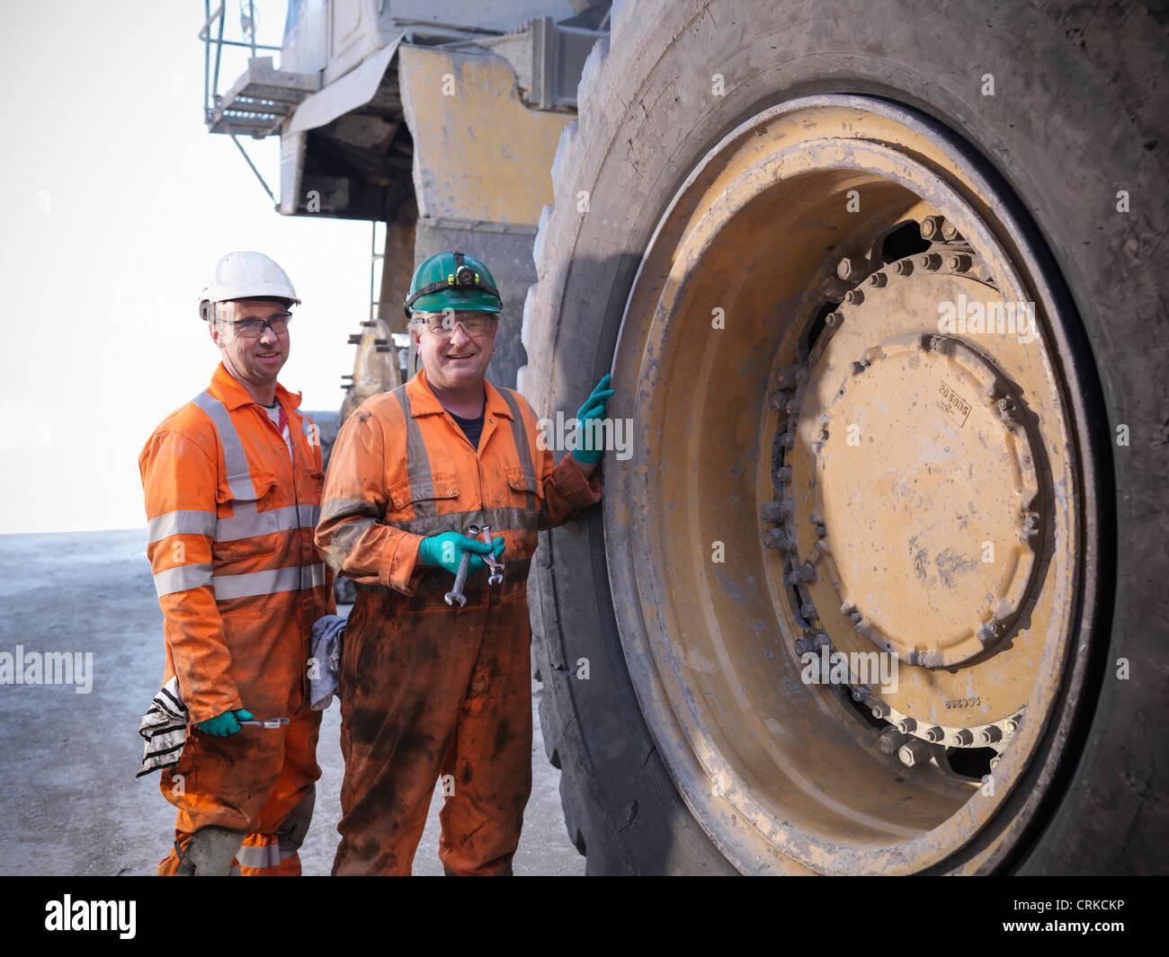 I lavoratori in piedi da carrello a una miniera di carbone Immagini Stock