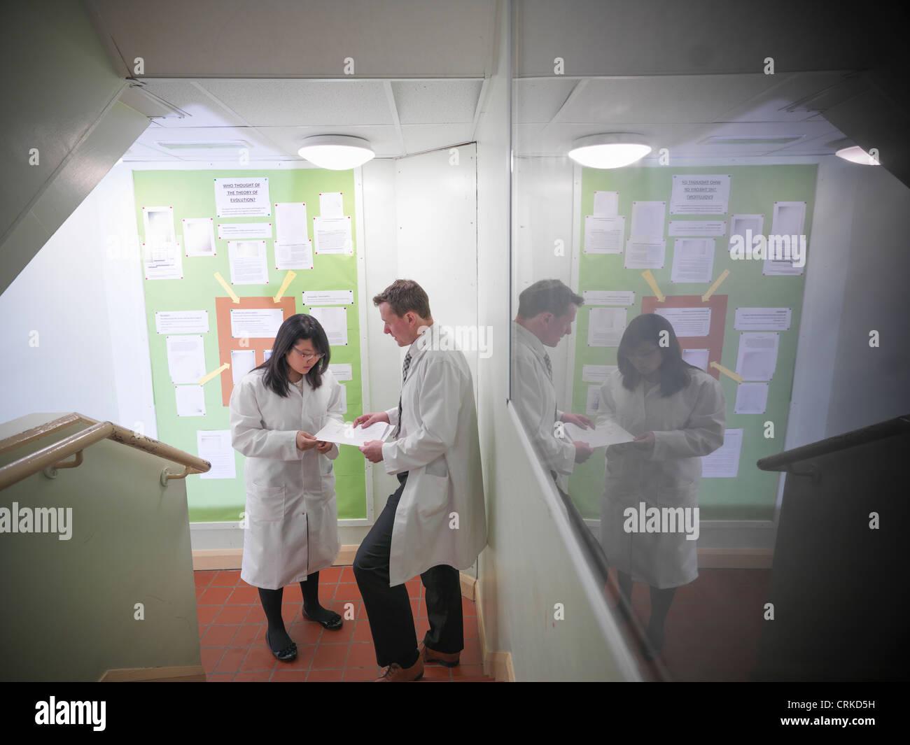 Insegnante di scienze studi di discussione con gli studenti Immagini Stock