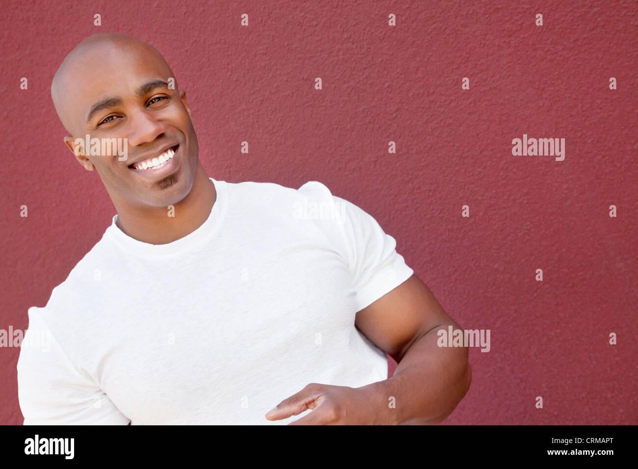 Ritratto di un giovane uomo muscolare su sfondo colorato Immagini Stock