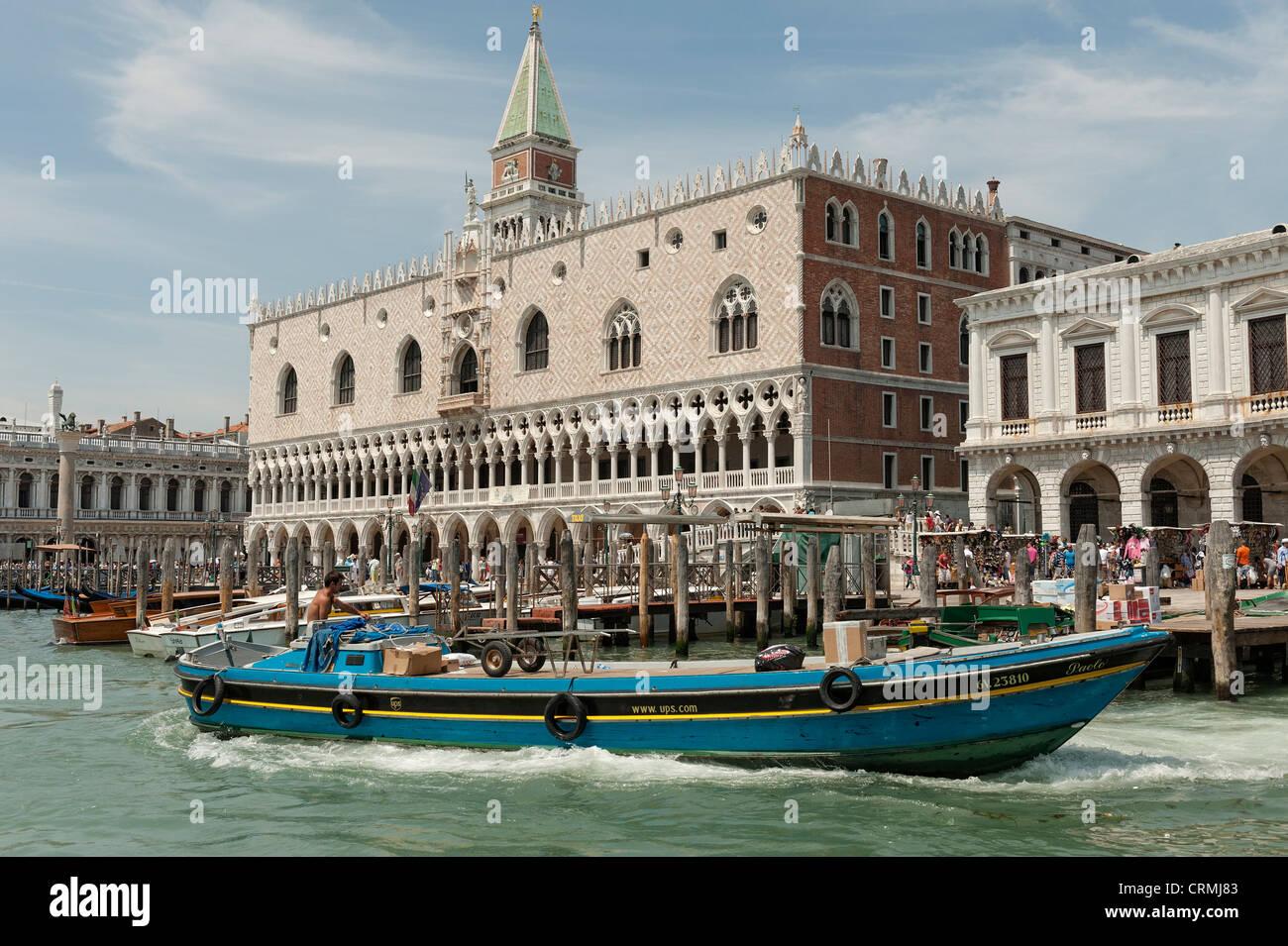 Un UPS per la consegna che arrivano in barca a San Marco Venezia. Immagini Stock
