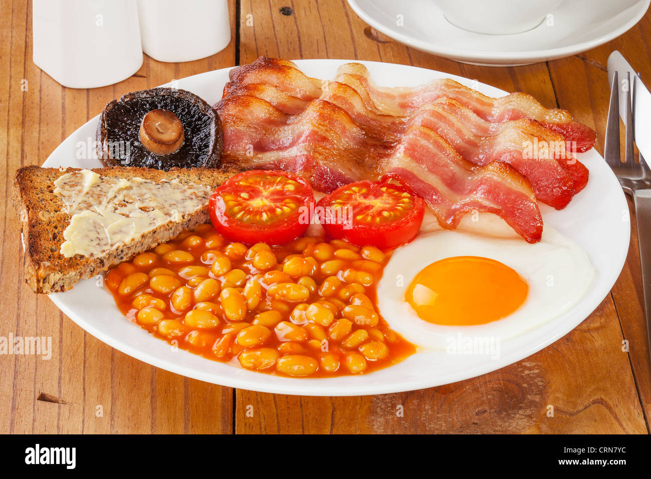 La completa prima colazione inglese su un vecchio pino tavolo da ...