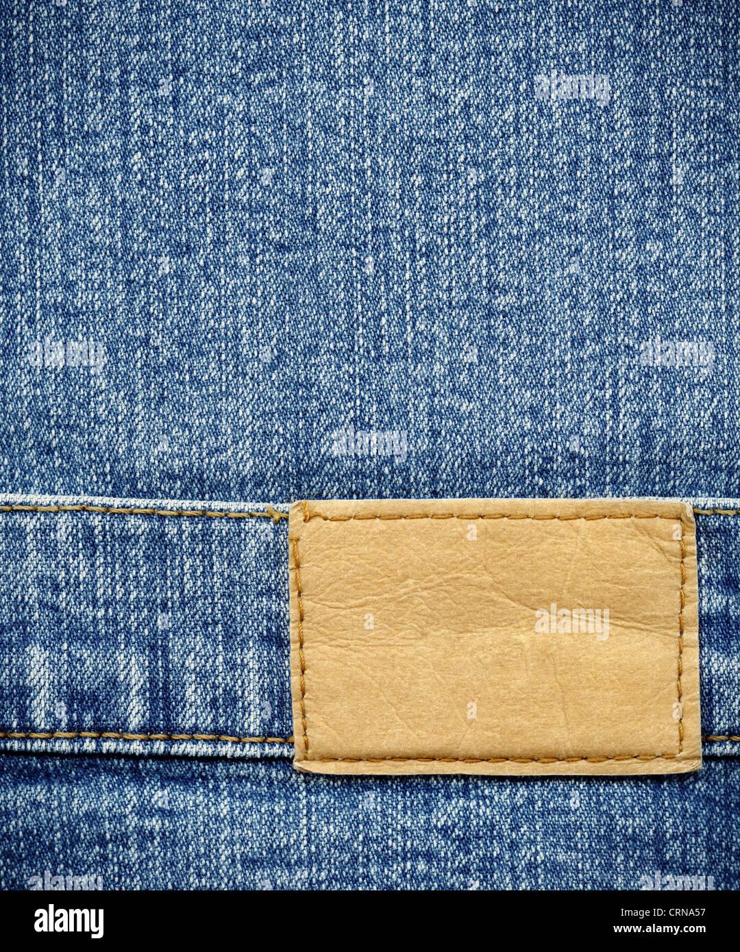 In cuoio bianco jeans etichetta cucita su un jeans blu. Può