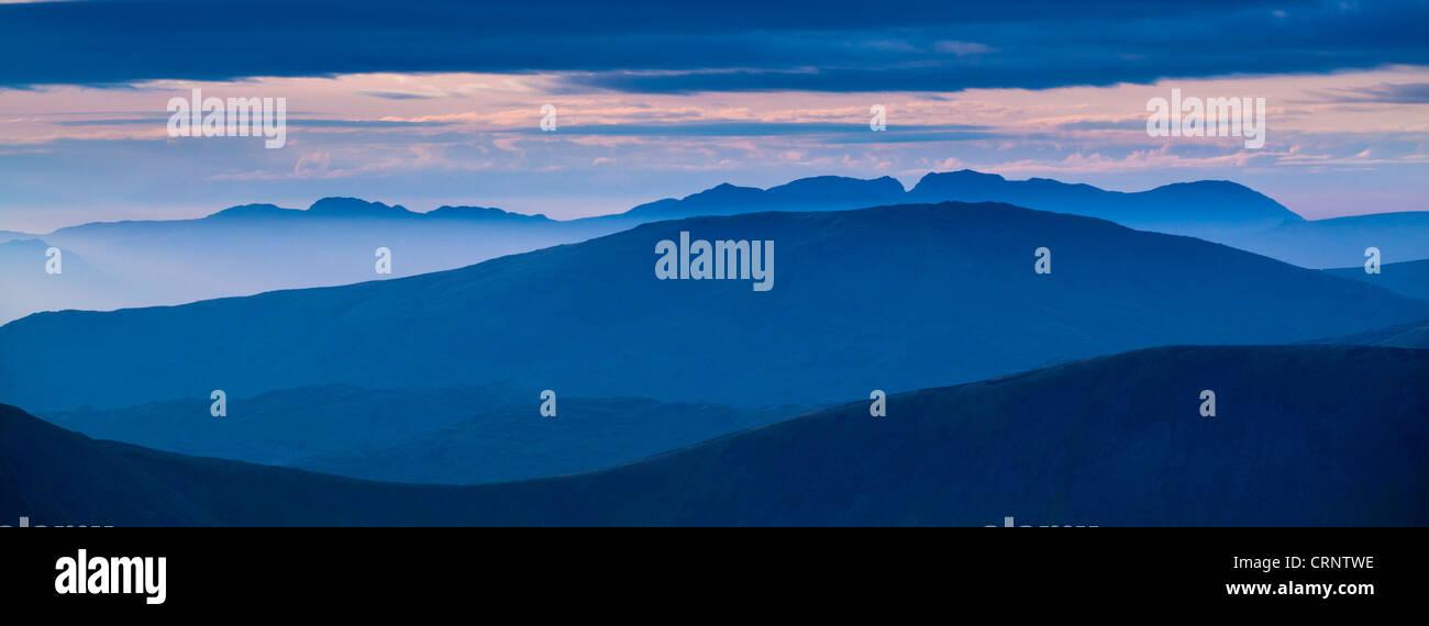 Nebbia di montagna nelle valli del western Lake District dominato dal picco più alto, Scafell Pike. Immagini Stock