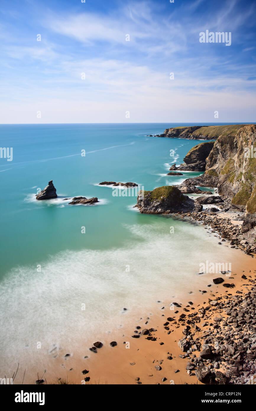 Robusto Cornish costa al Bedruthan Steps chiamato dopo un gigante mitologico 'Bedruthan' che è stato Immagini Stock