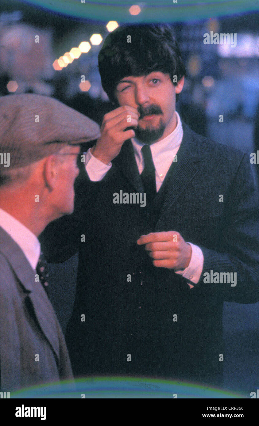 006576 - Paul McCartney e Wilfred Brambell filmare un Hard Days Night nella stazione di Marylebone, London il 5 Immagini Stock