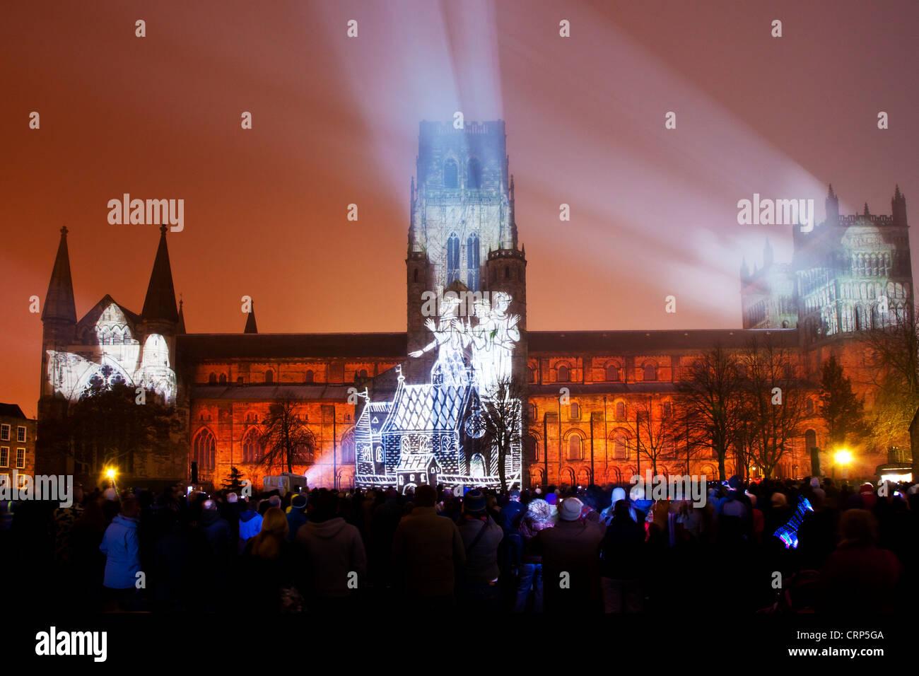 Corona di luce, una larga scala di proiezione del Lindisfarne vangeli proiettata su Durham Cathedral a LUMIERE 2011, Immagini Stock
