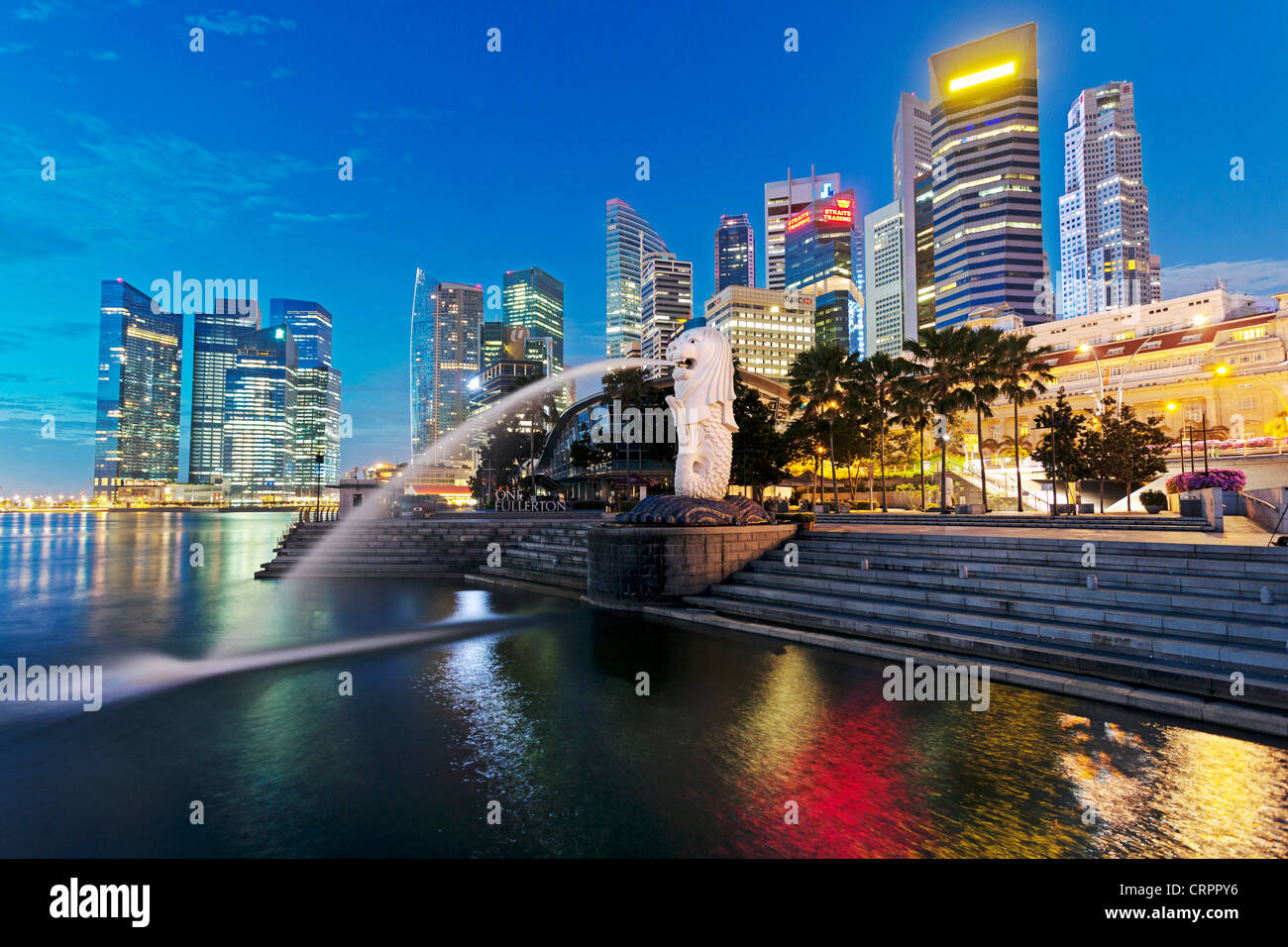 La statua Merlion con lo skyline della città in background, Marina Bay, Singapore, Sud-est asiatico Immagini Stock