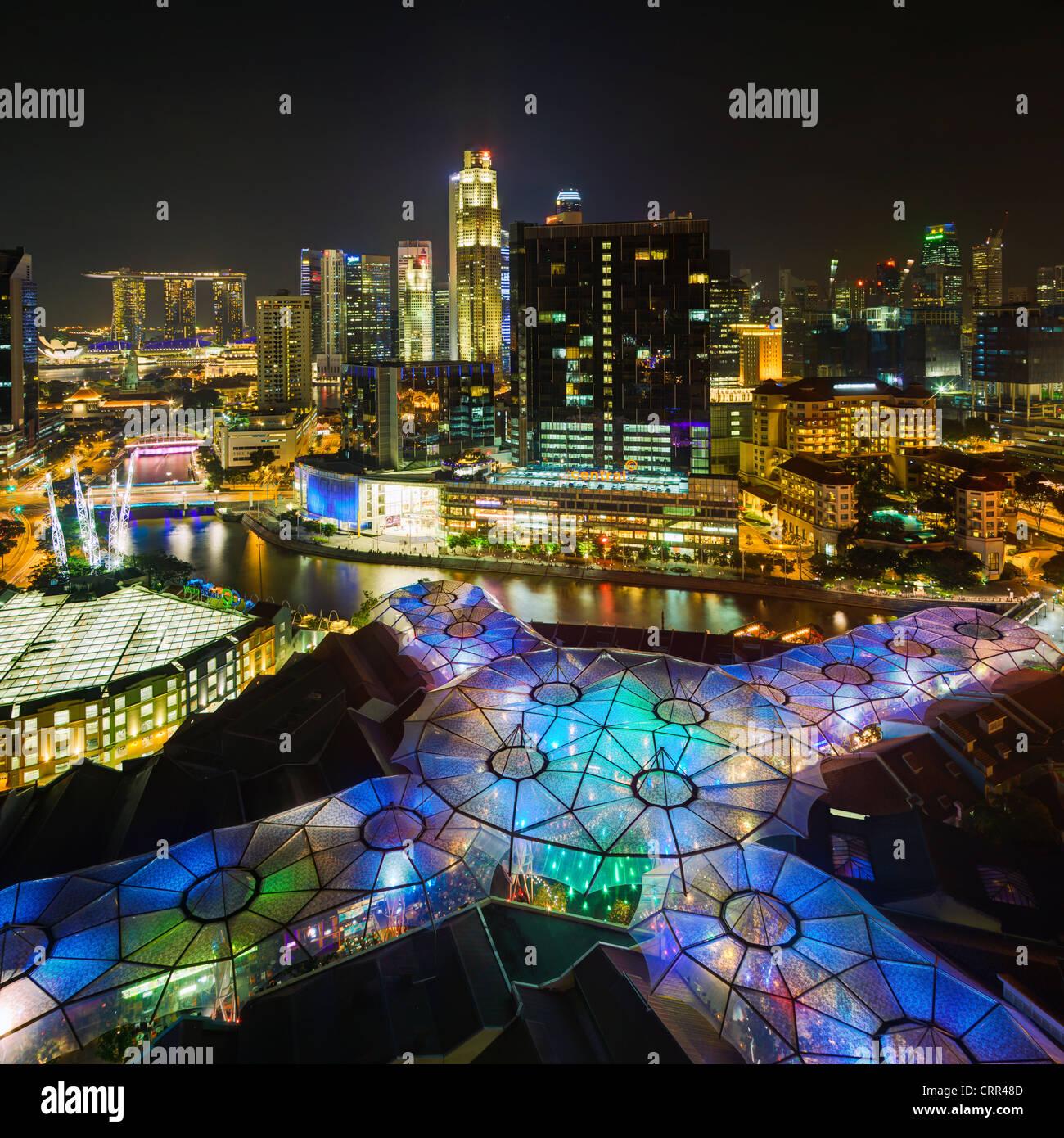 Il Sud Est asiatico, Singapore, vista in elevazione sopra il quartiere degli intrattenimenti di Clarke Quay, il Immagini Stock