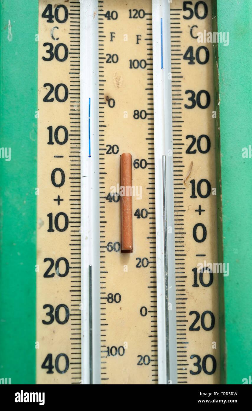 Close up di un massimo minimo termometro in un giardino Immagini Stock