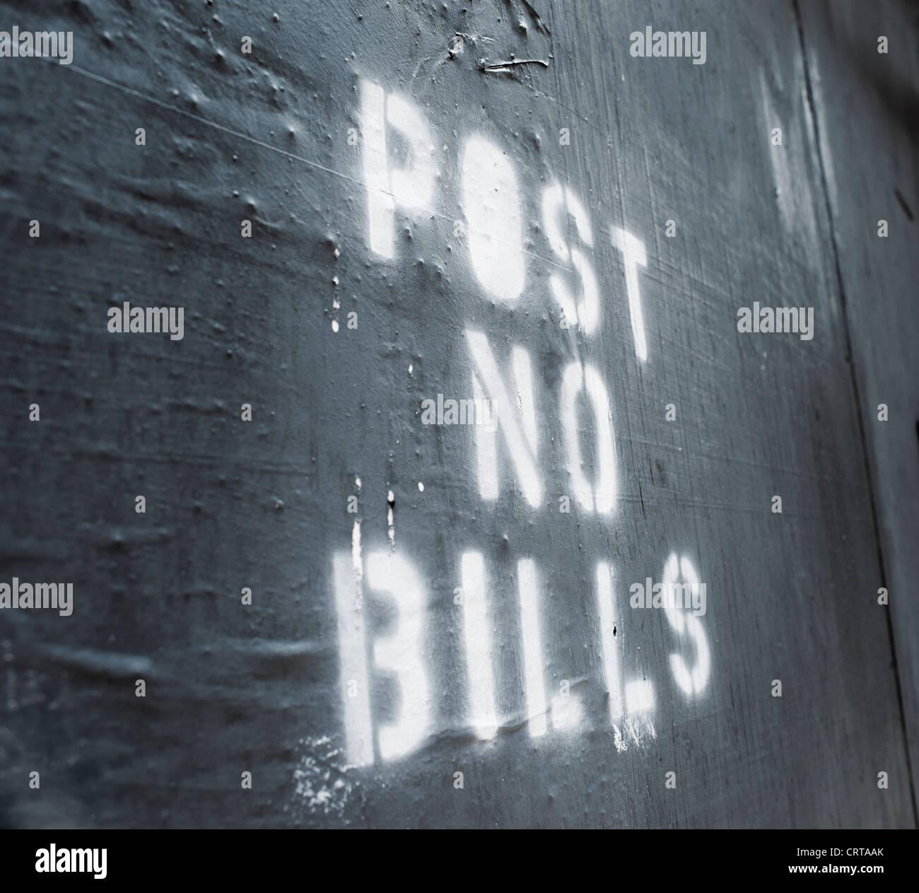 Le parole 'Post le fatture non' spruzzata su un vecchio muro. Immagini Stock