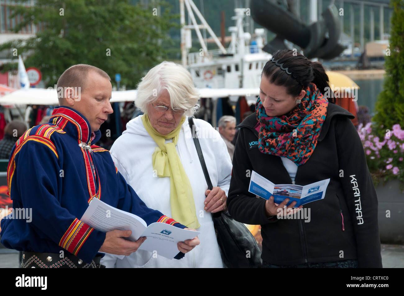 Un Sami dalla regione di spiegare il suo popolo e la sua causa a due donne da Tromso'. Immagini Stock