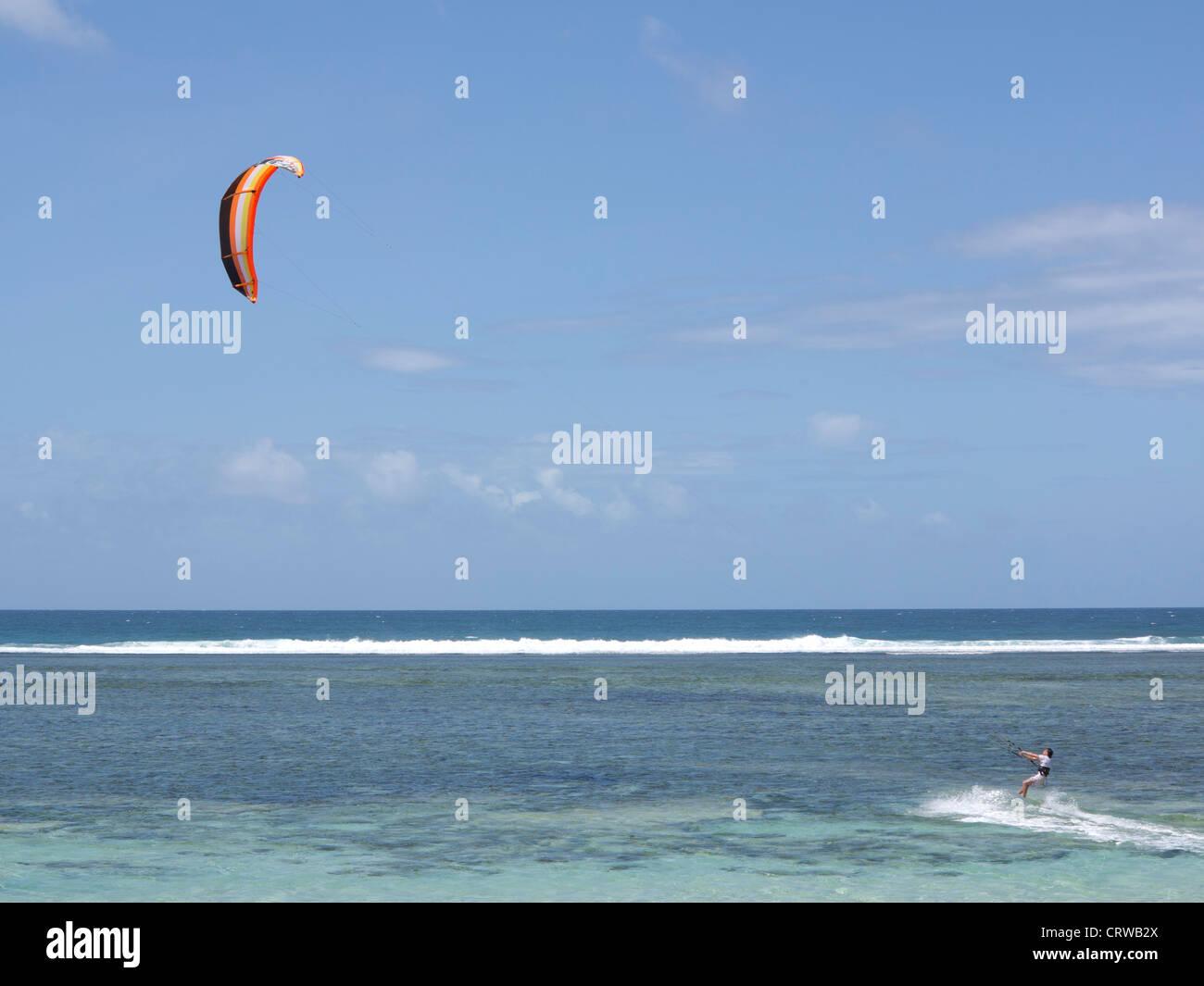 Tourist windsurf sulla spiaggia di Tiwi, sull Oceano Indiano costa, Kenya Immagini Stock