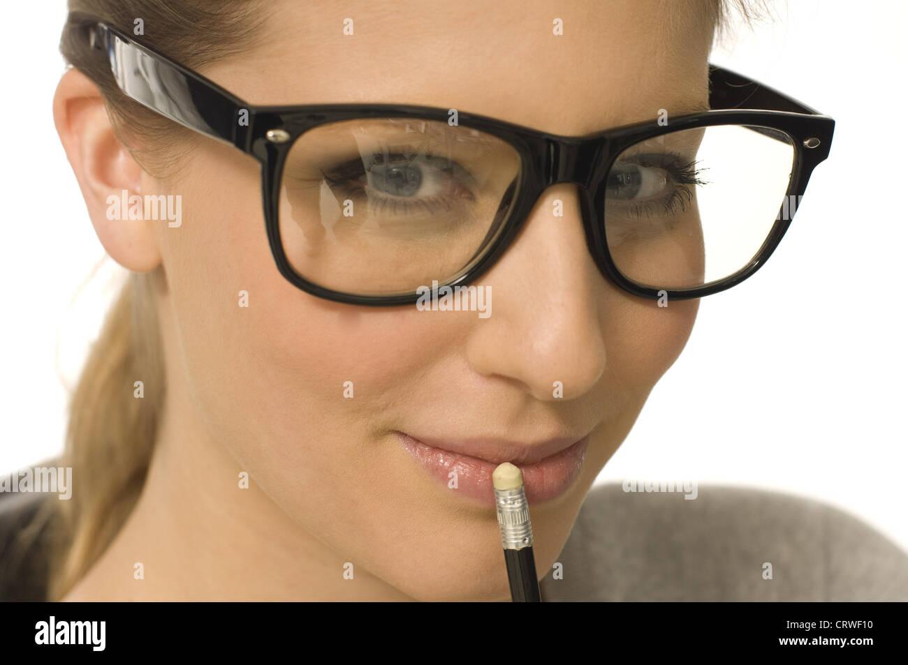 Donna con gli occhiali e matita Immagini Stock