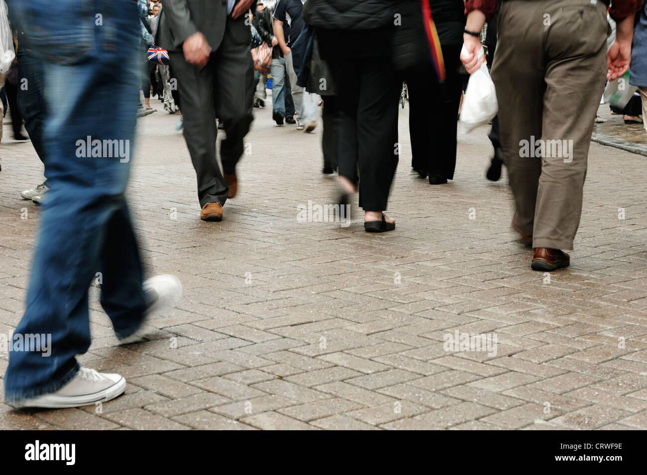 Una folla di persone con motion blur Immagini Stock