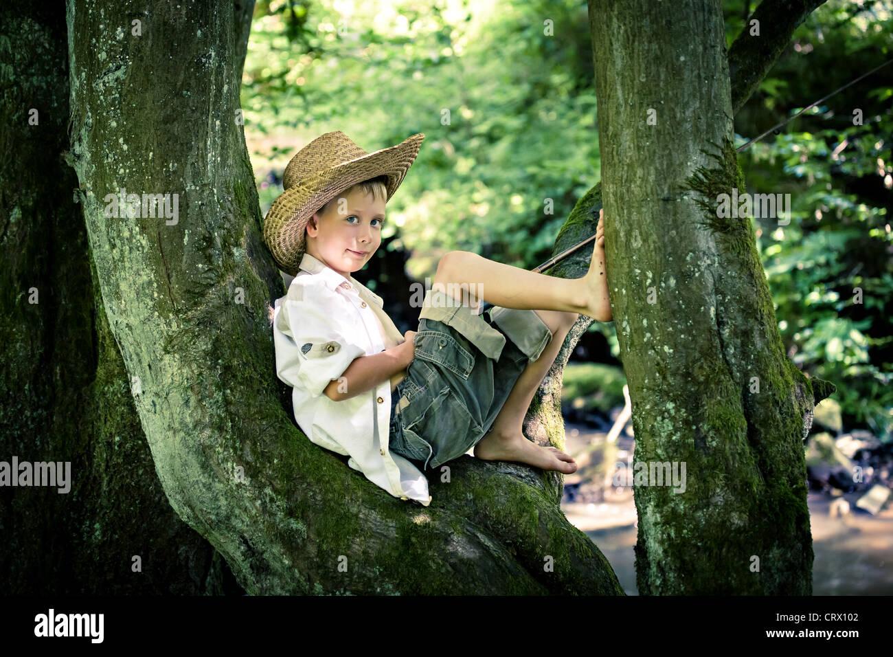 Outdoor ritratto di un giovane ragazzo di pesca Immagini Stock