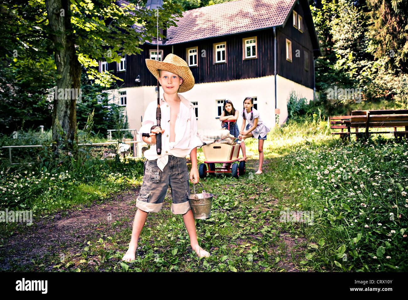 Outdoor ritratto di un giovane ragazzo di pesca e due ragazze Immagini Stock