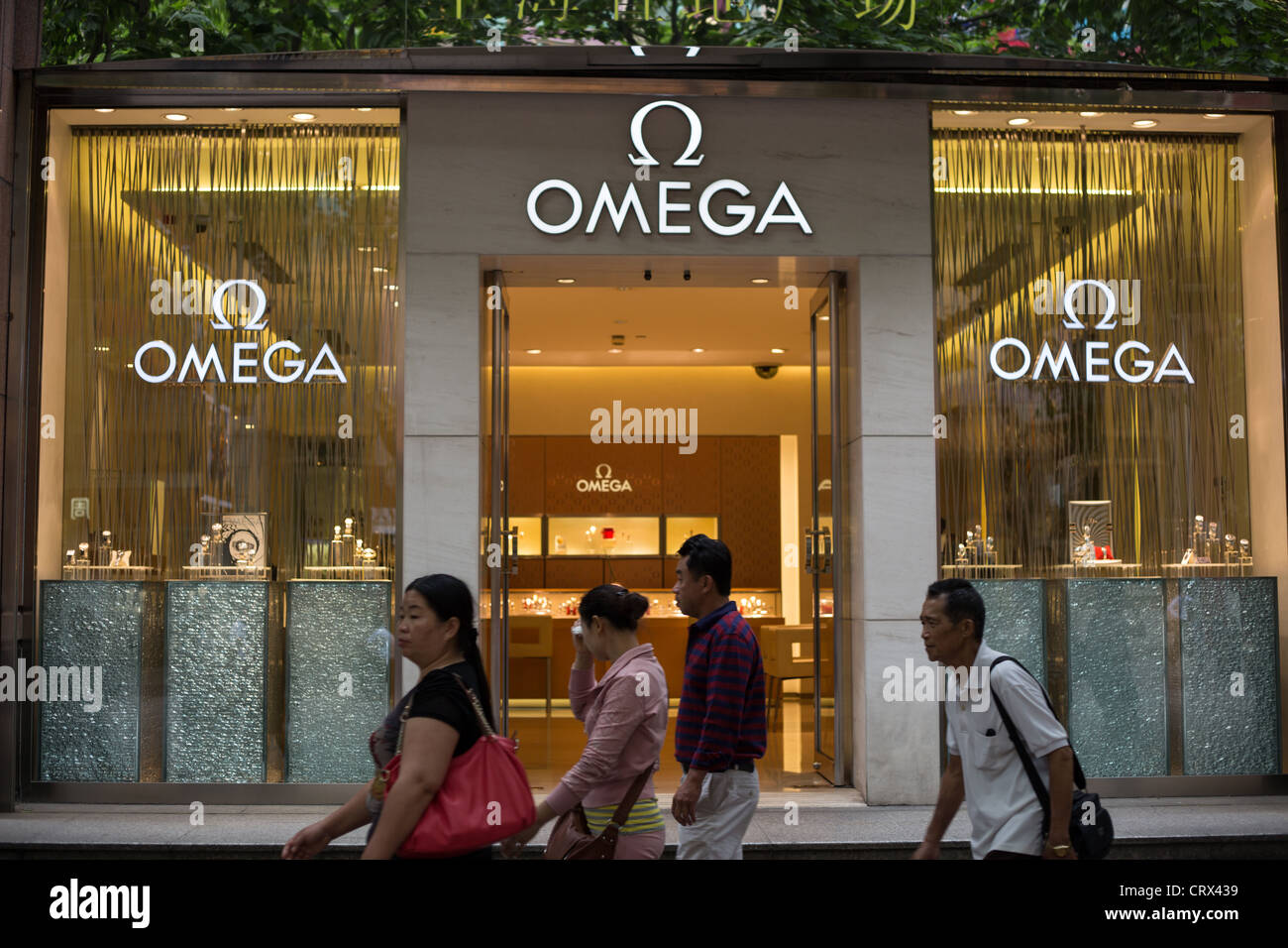 Omega orologi di marca shop in Nanjing Road, a Shanghai in Cina. Foto Stock