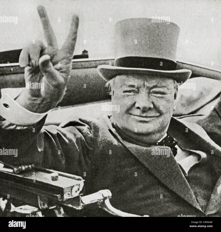 Leader bellico inglese Winston Churchill con il suo famoso V per la  vittoria di segno. 1ef4bdeb964d