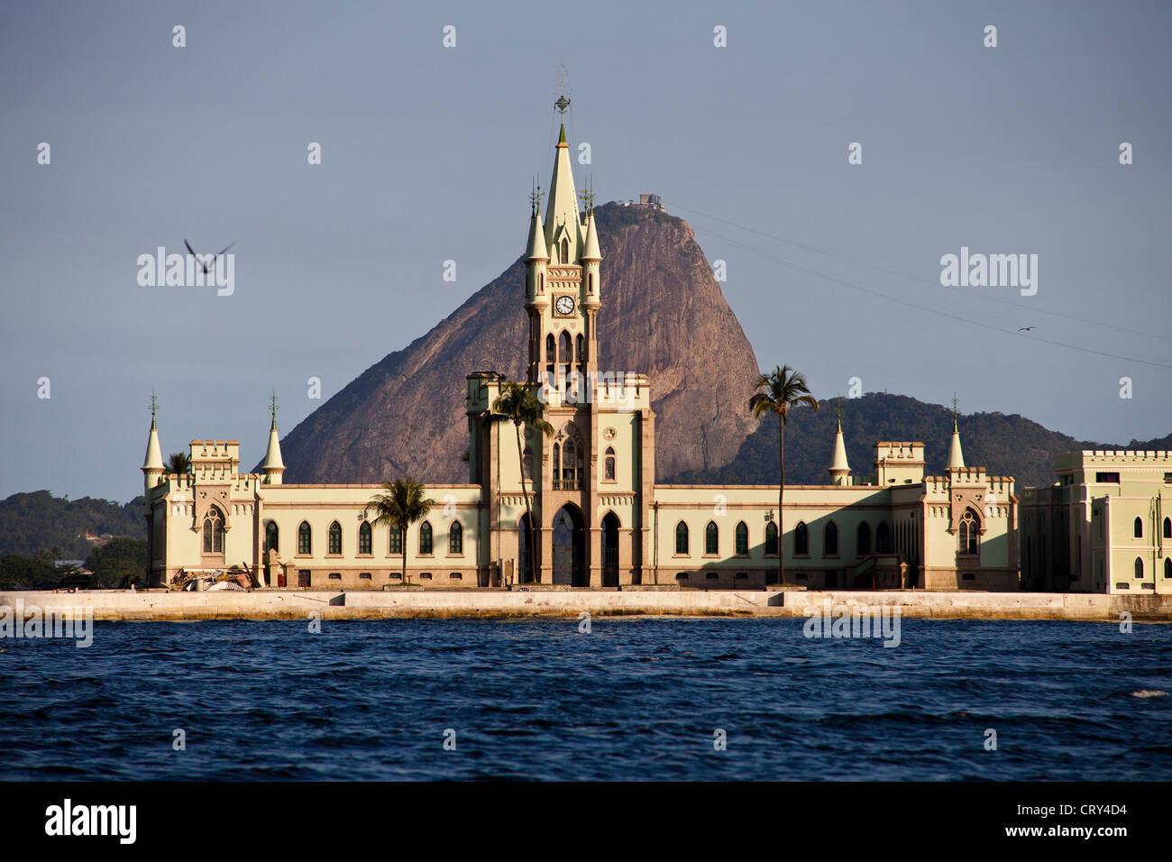 Ilha fiscale, isola situata all'interno di Baia Guanabara, vicino a Sugar Loaf, Rio de Janeiro, Brasile. Immagini Stock