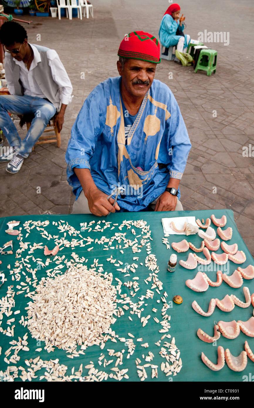Stallo del dentista con i denti e le piastre e denti finti, Djemaa el Fna a Marrakech Marocco Africa Immagini Stock