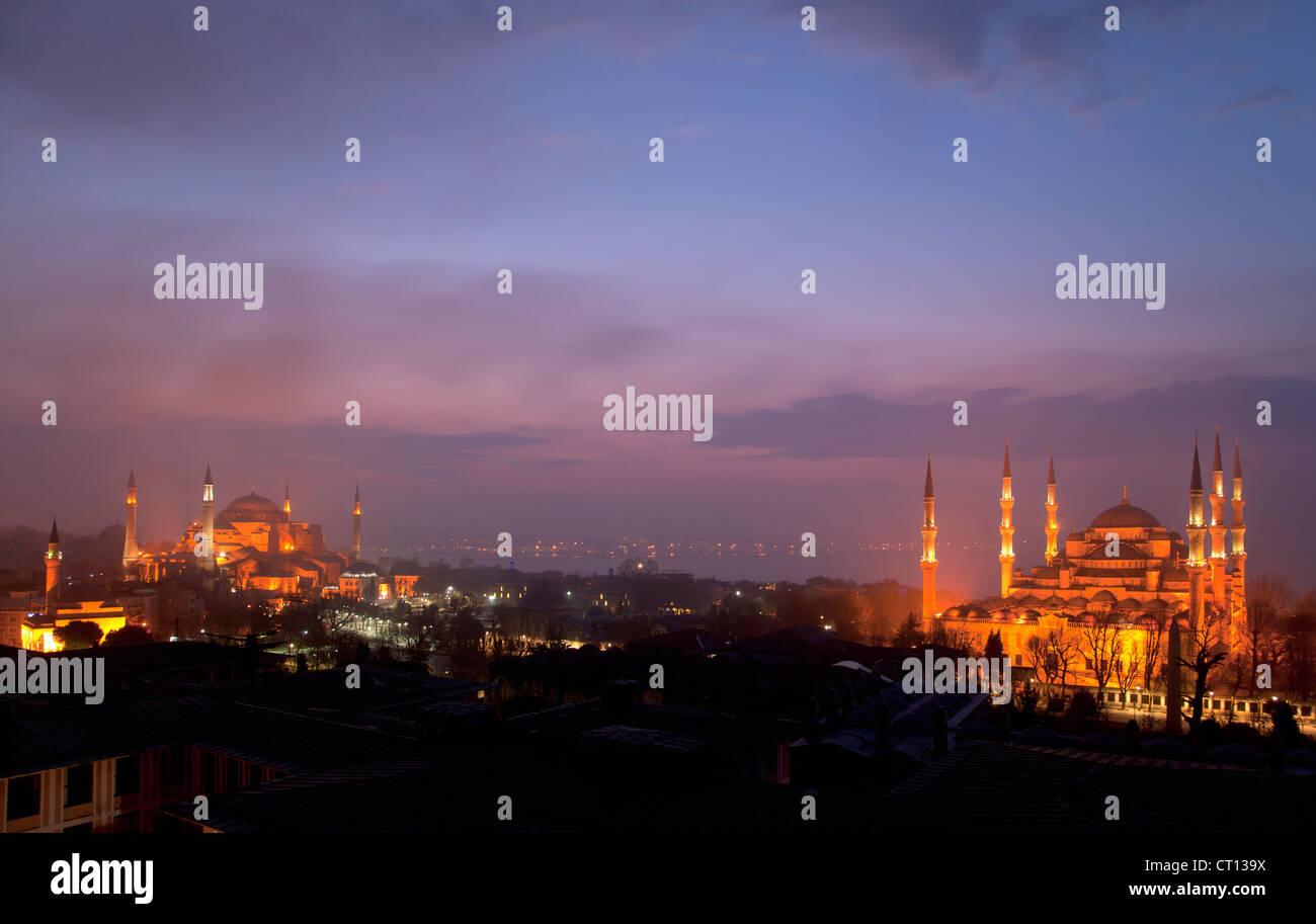 Vista aerea di Istanbul illuminata di notte Immagini Stock