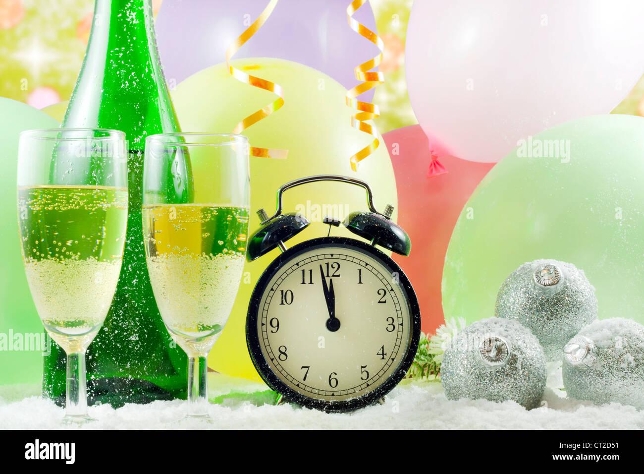 Felice anno nuovo sfondo con un bicchiere di champagne di serpentine di  clock coriandoli e palloncini 785d036cb301