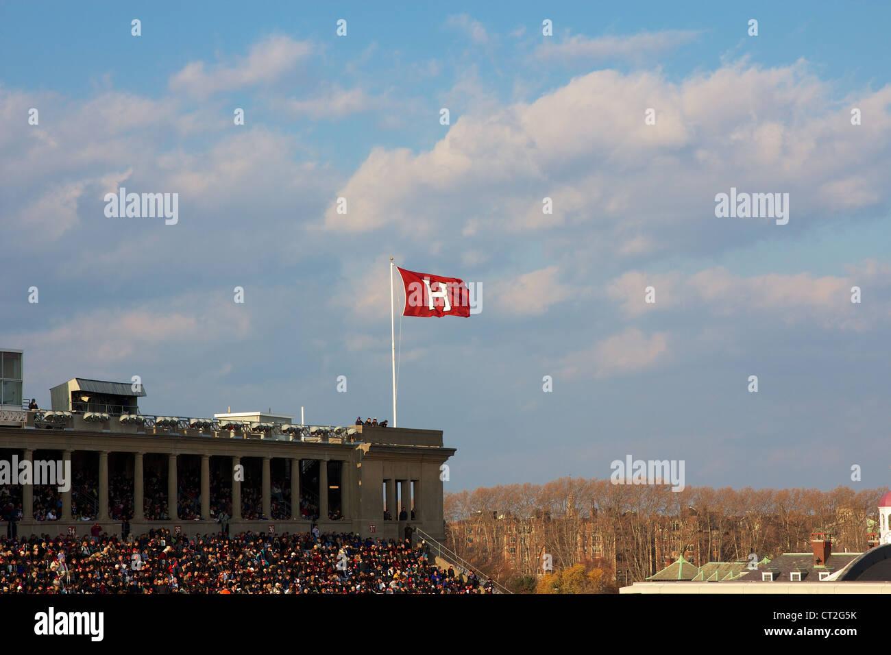 La Harvard University di atletica 'H' bandiera streaming presso la Harvard - Yale del gioco del calcio il Immagini Stock