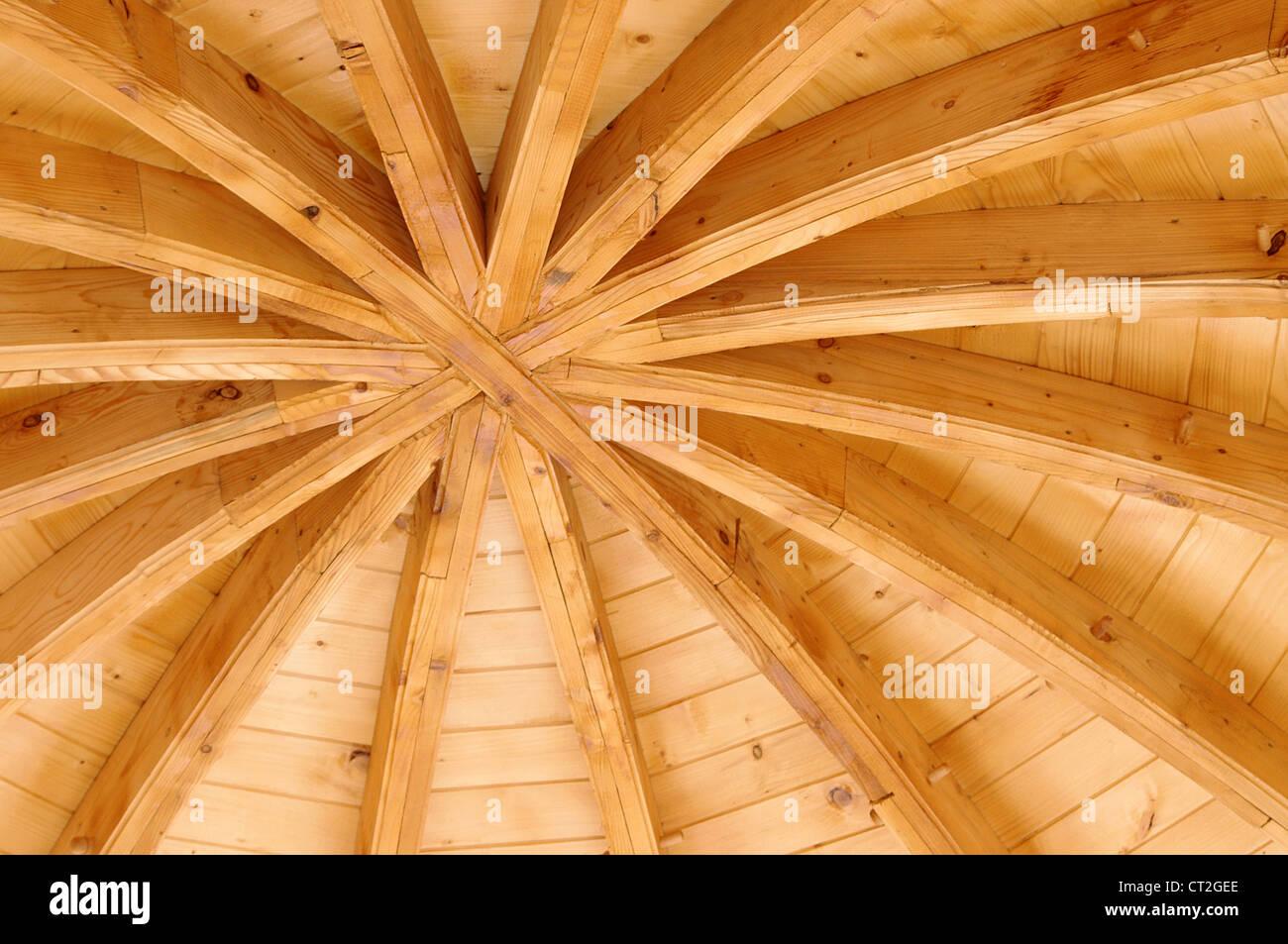 Soffitto in legno di una chiesa tradizionale in Moldavia, Romania Immagini Stock