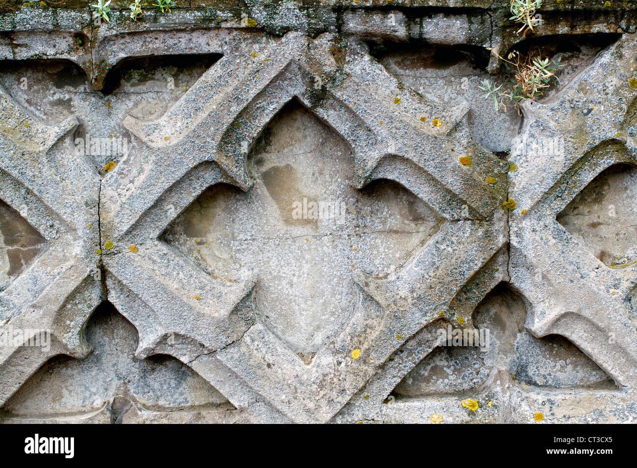 Un vecchio muro con qualche grave usura Immagini Stock