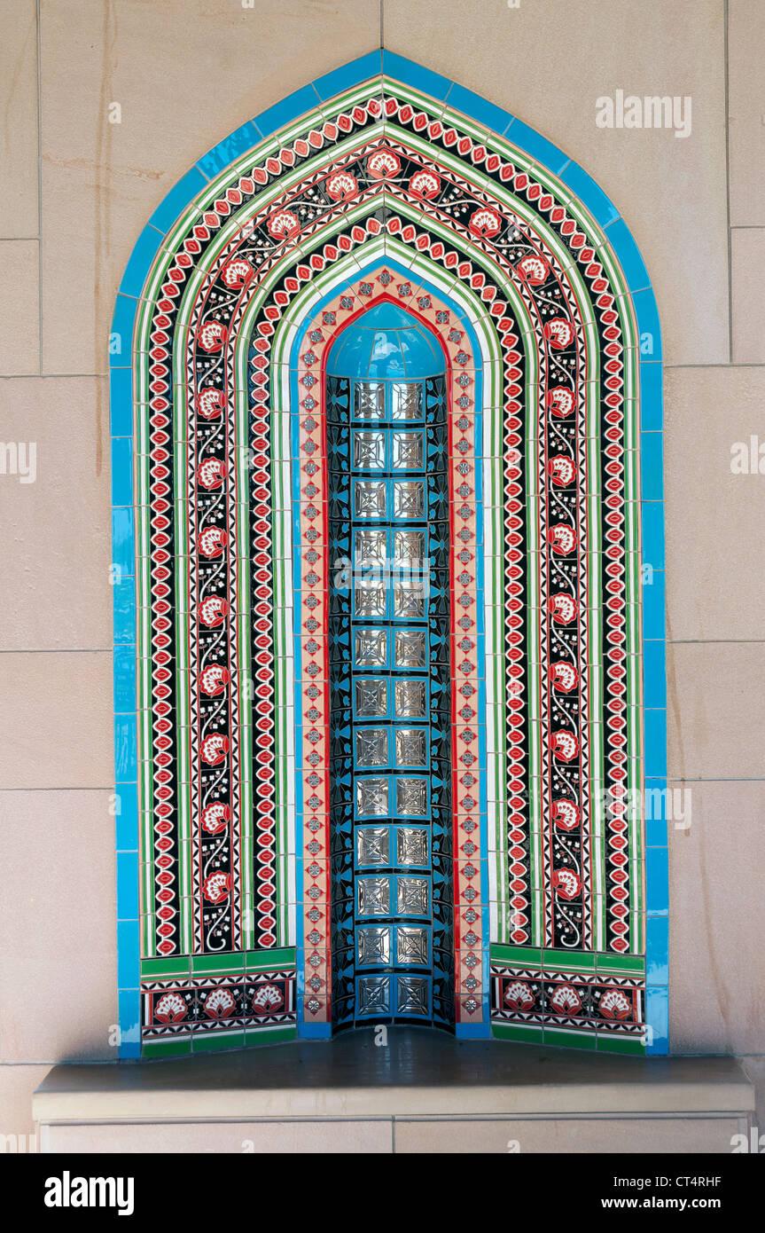 Elk207-1315v Oman, Muscat Al Ghubrah, Sultan Qaboos Grande Moschea, Minareto di nicchia del cortile, stile di Oman Immagini Stock