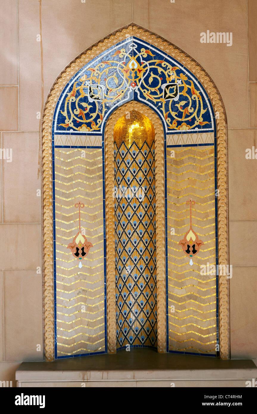 Elk207-1320v Oman, Muscat Al Ghubrah, Sultan Qaboos Grande Moschea, Minareto di nicchia del cortile, stile contemporaneo Immagini Stock