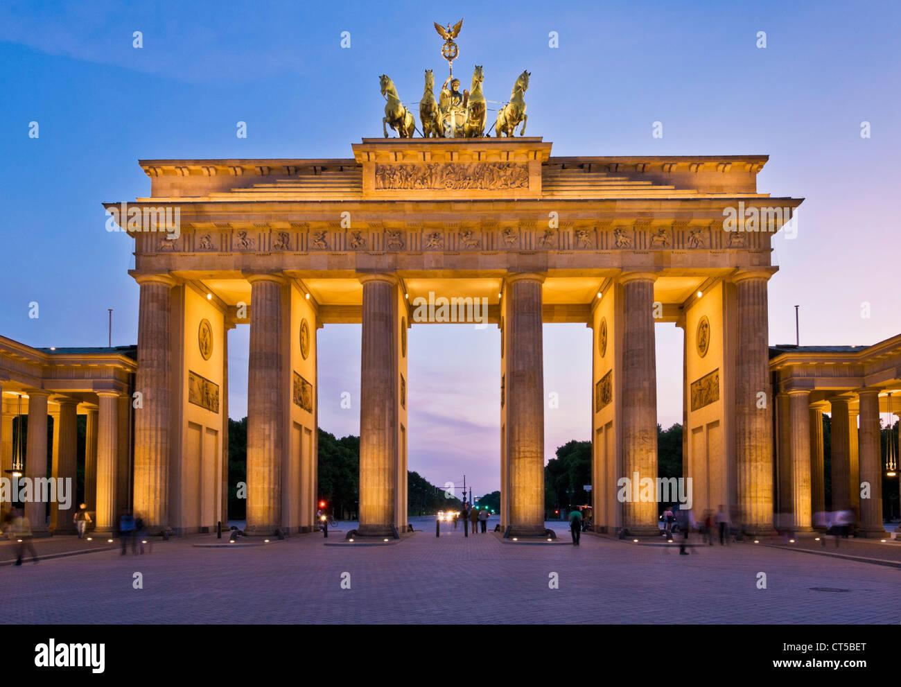 Porta di Brandeburgo Pariser Platz con la Quadriga alato statua in cima al tramonto il centro di Berlino Germania UE Europa Foto Stock