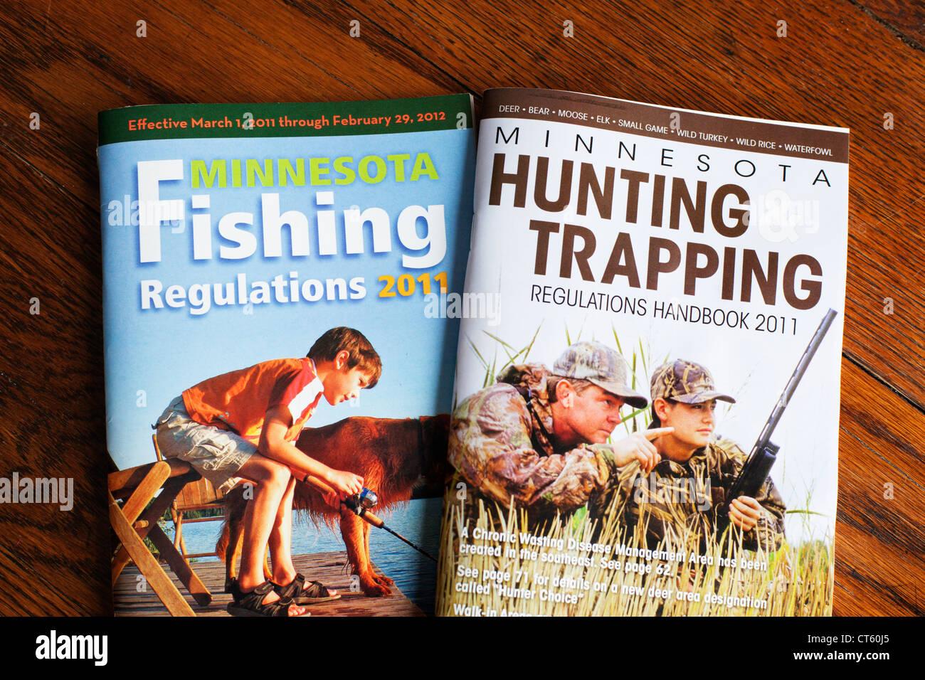 Minnesota dipartimento di Risorse Naturali la pesca, la caccia e la cattura del regolamento manuali. Immagini Stock