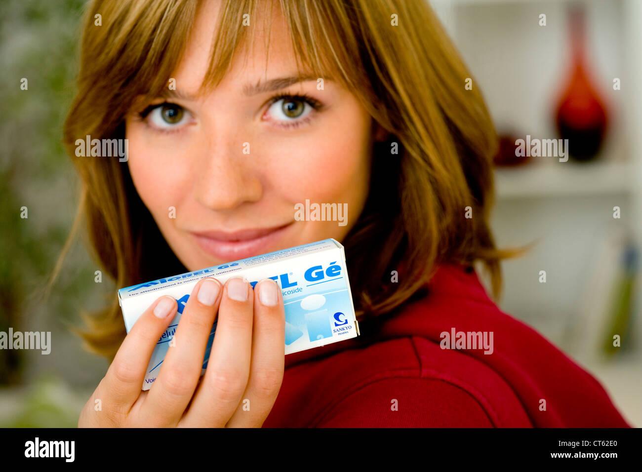 Donna Prendendo farmaci generici Immagini Stock