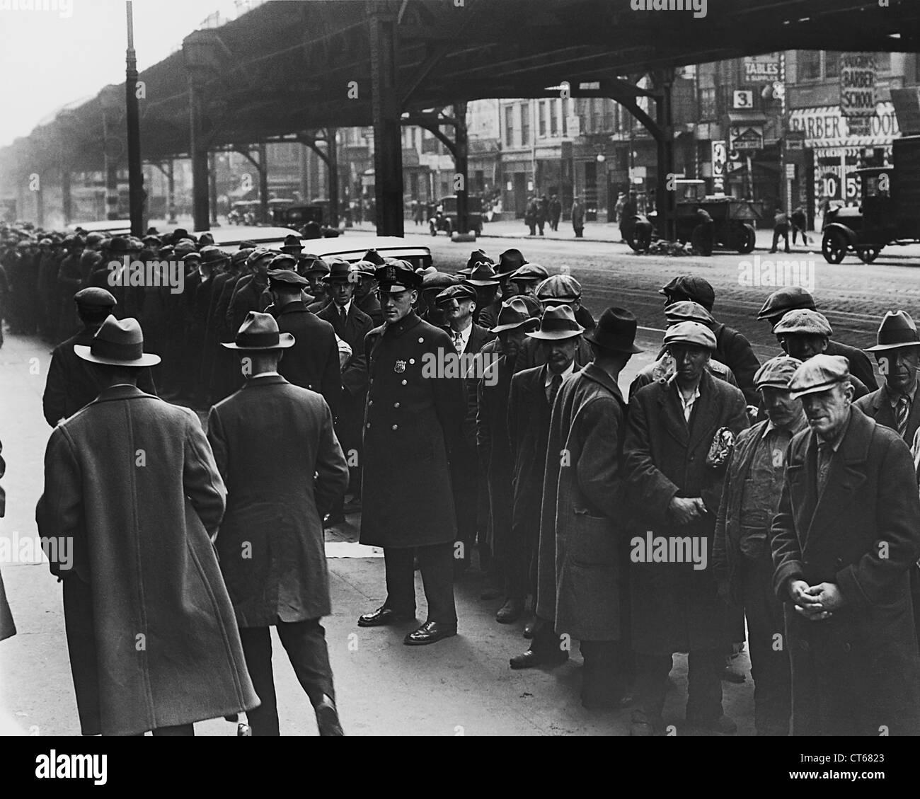 Gli uomini in linea di pane durante la depressione, la città di New York Immagini Stock