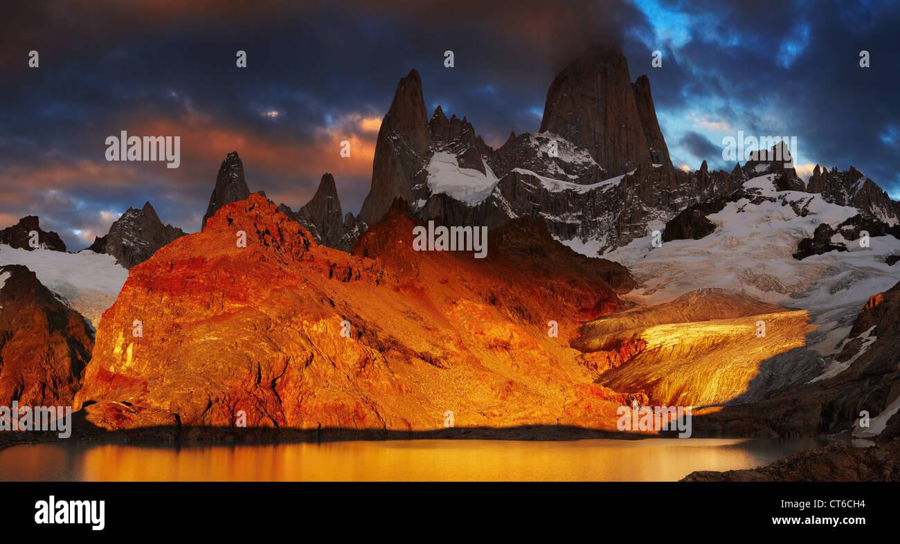 Laguna de los Tres ed il monte Fitz Roy, cruciale sunrise, Patagonia, Argentina Immagini Stock