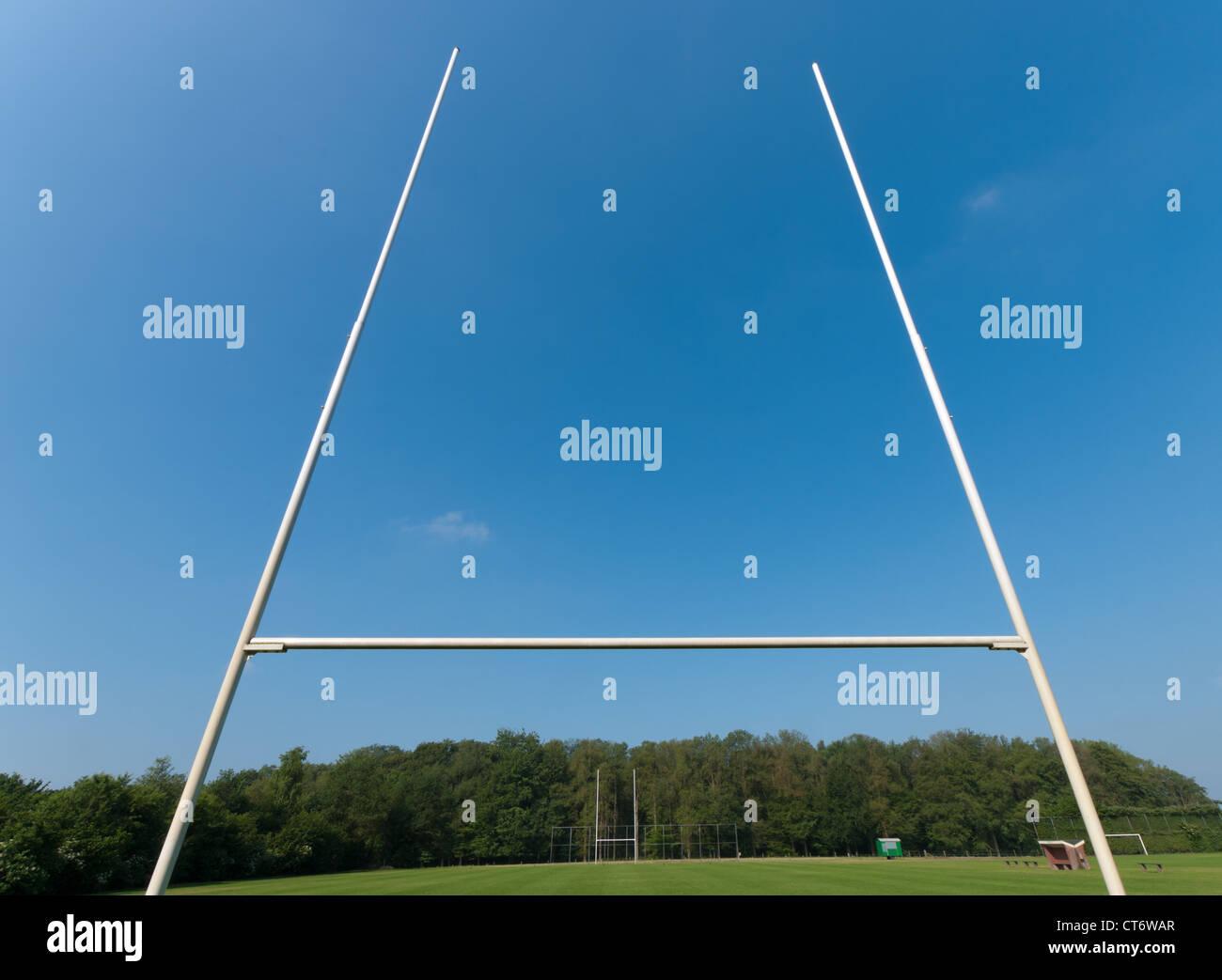 Campo da rugby con Rugby post nella parte anteriore Immagini Stock