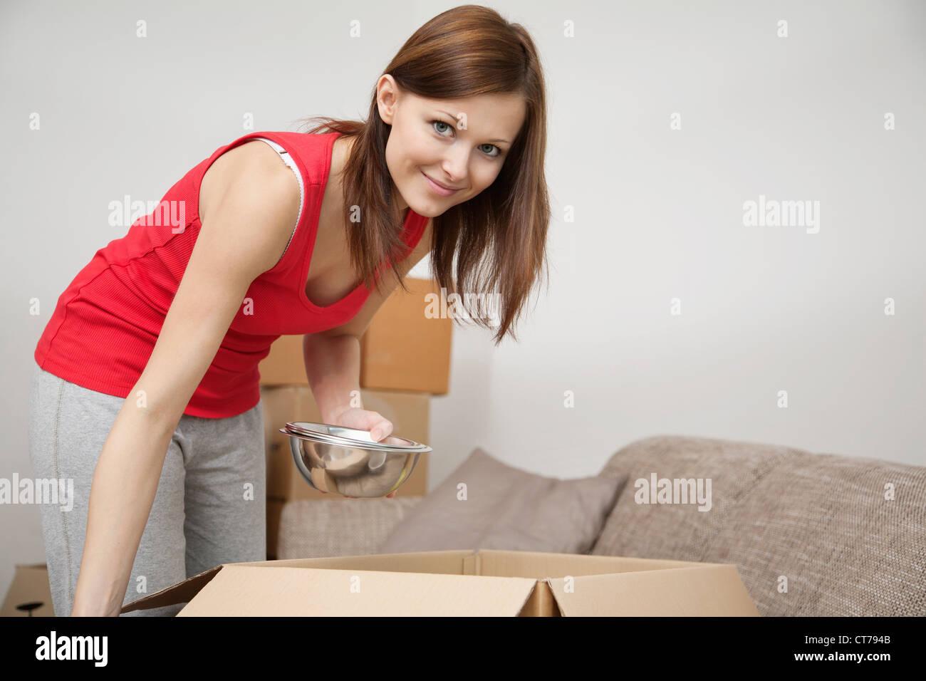 Ritratto di giovane donna imballaggio per spostare home Immagini Stock