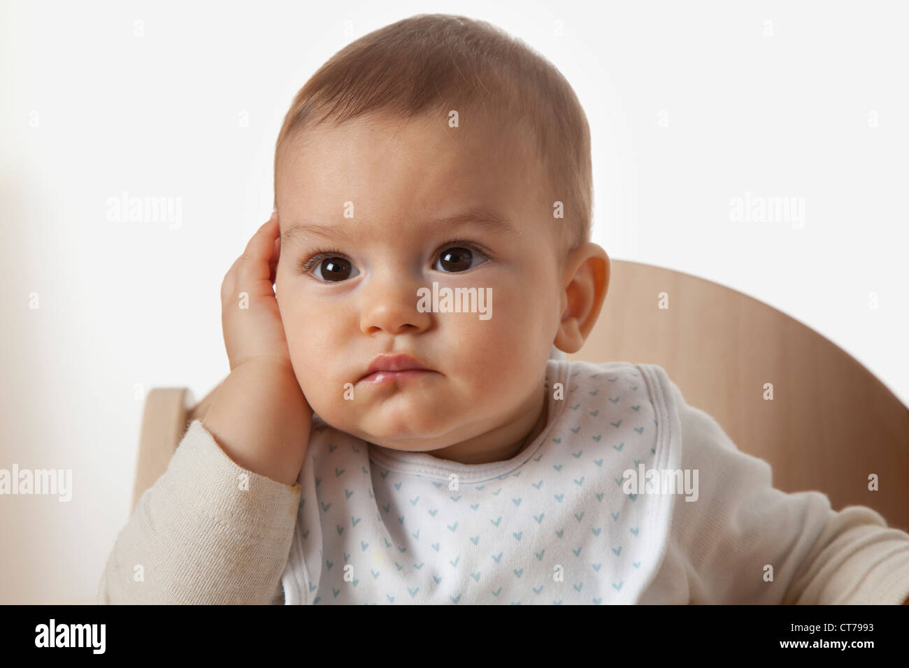 Ritratto di bambino in sedia alta cercando stupito Immagini Stock