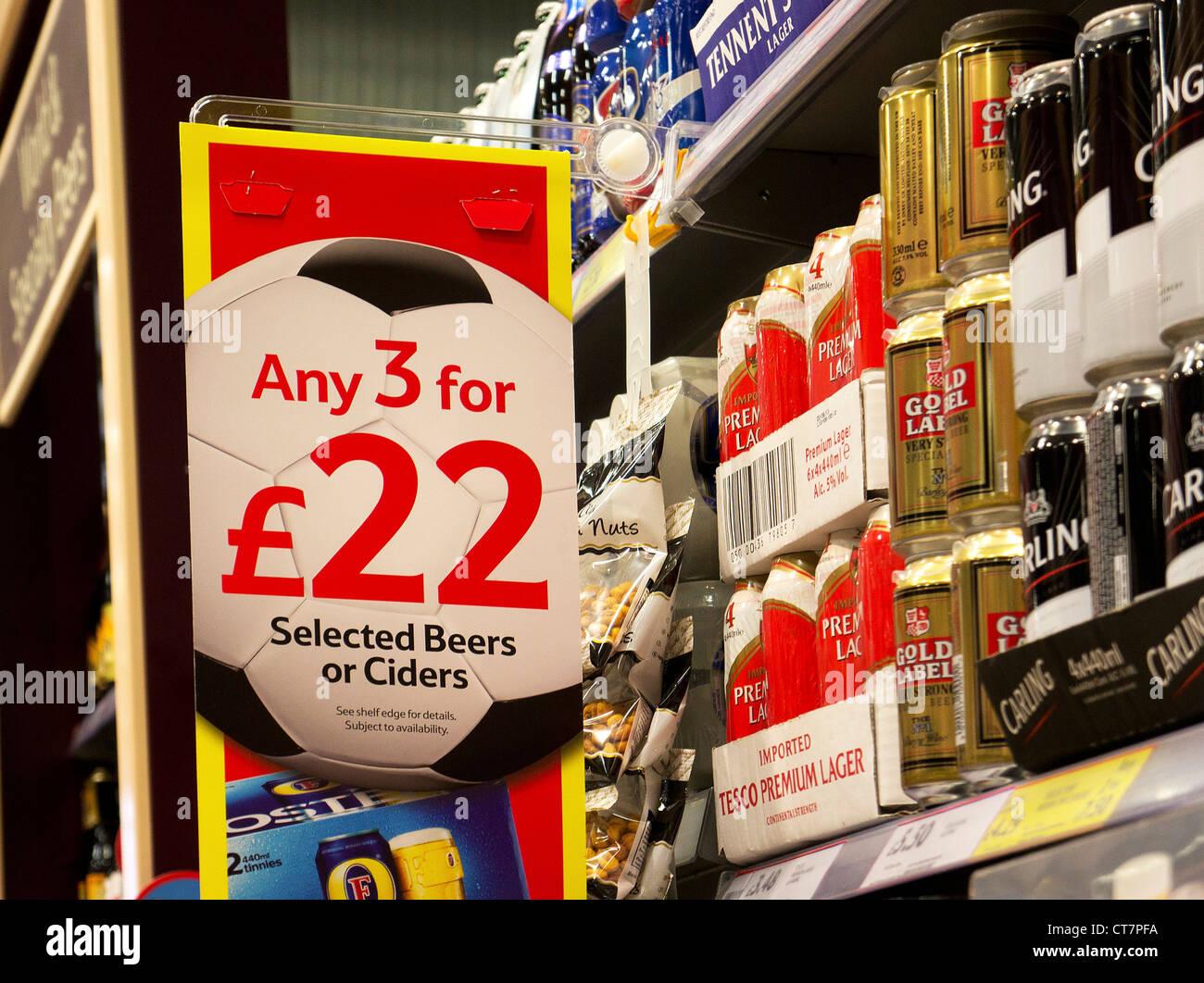 A buon mercato offre birra firmare in un supermercato Tesco, REGNO UNITO Immagini Stock