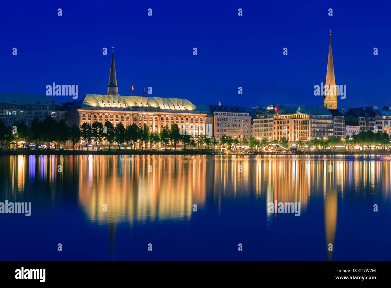 Lo skyline di Amburgo prese a destra dopo il tramonto al blue ora oltre il Binnenalster. Foto Stock