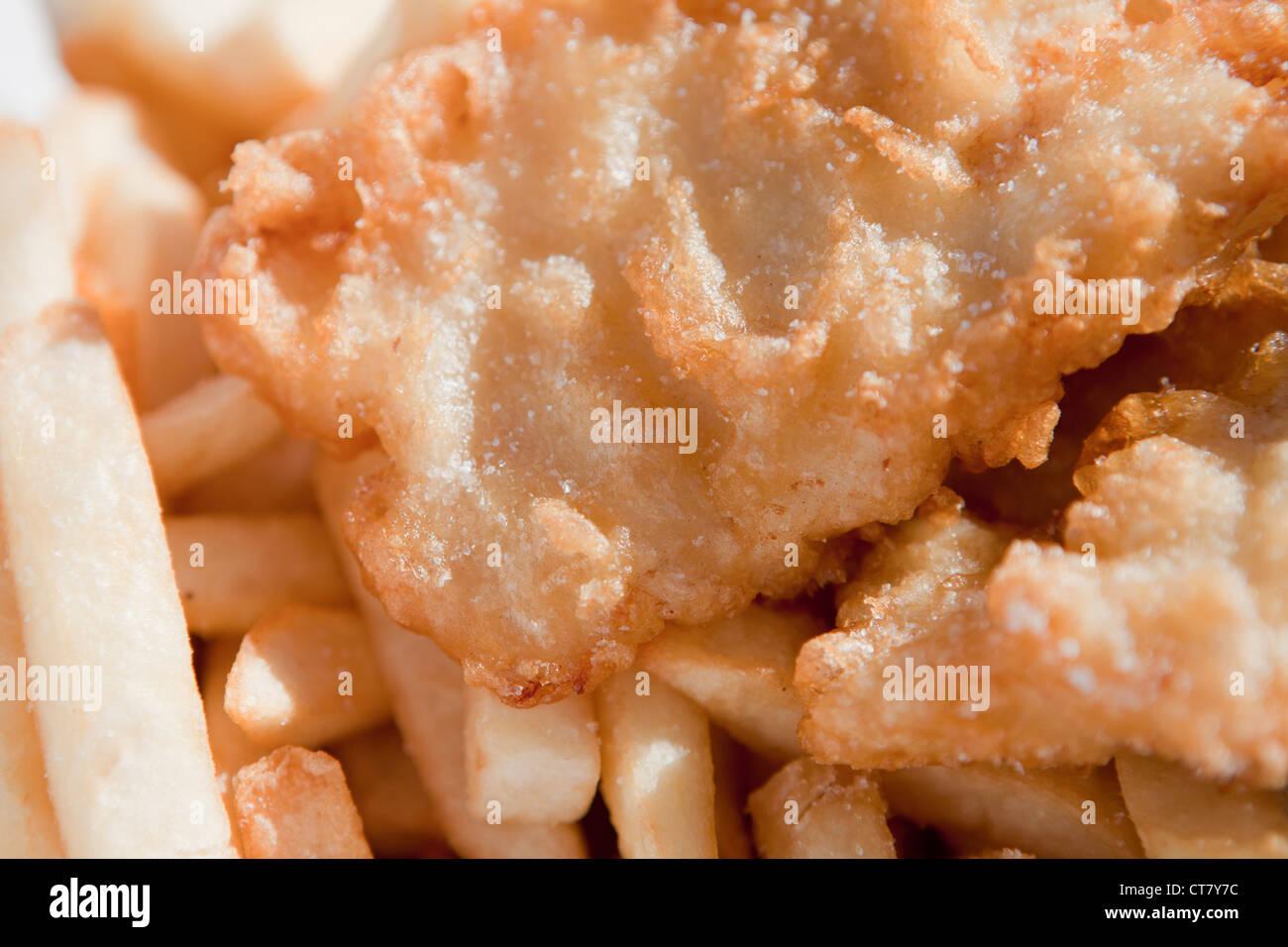 Borsa nel grasso di pesce e patatine da asporto. Immagini Stock