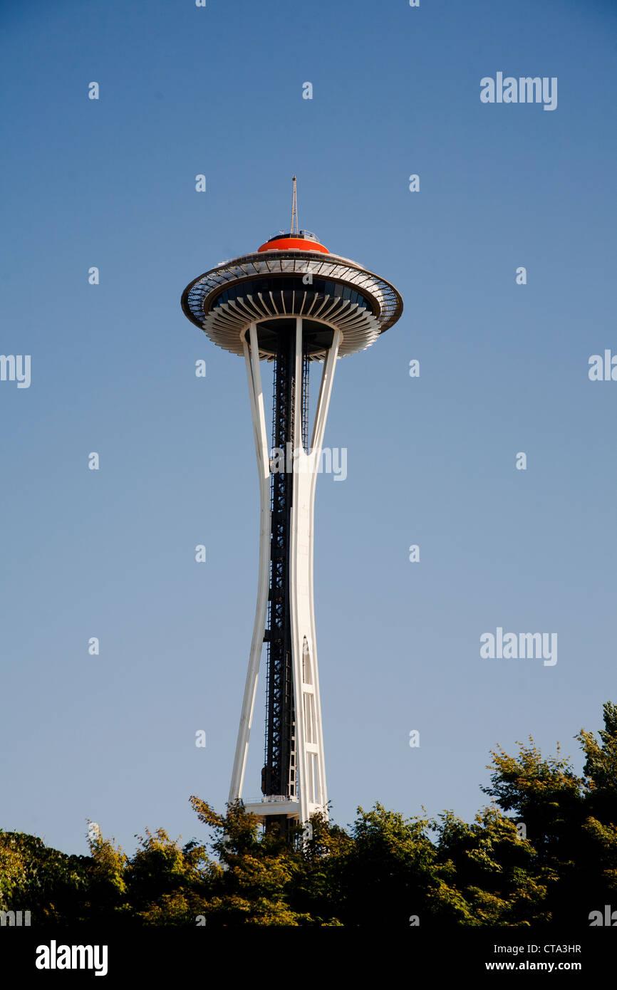 Lo Space Needle a Seattle un 606' Torre che sovrasta la città di Seattle contro un cielo blu chiaro Immagini Stock
