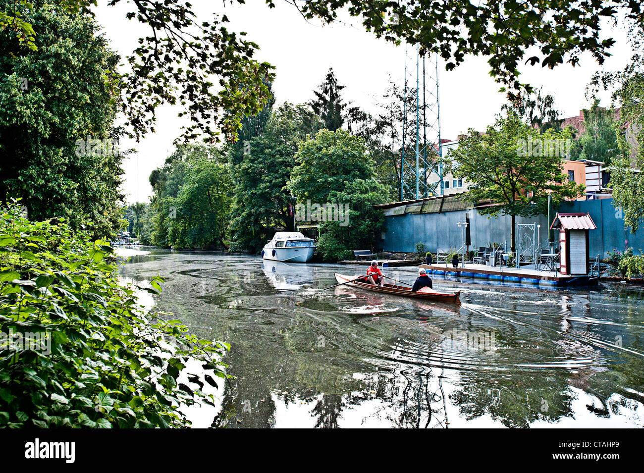Vogatore sulla Ernst-August-Canal, Wilhelmsburg, Amburgo, Germania Immagini Stock