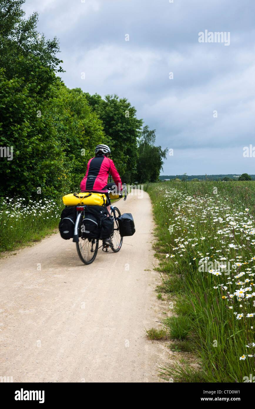 In bicicletta lungo il percorso di velo V3 Bretagna Francia Immagini Stock
