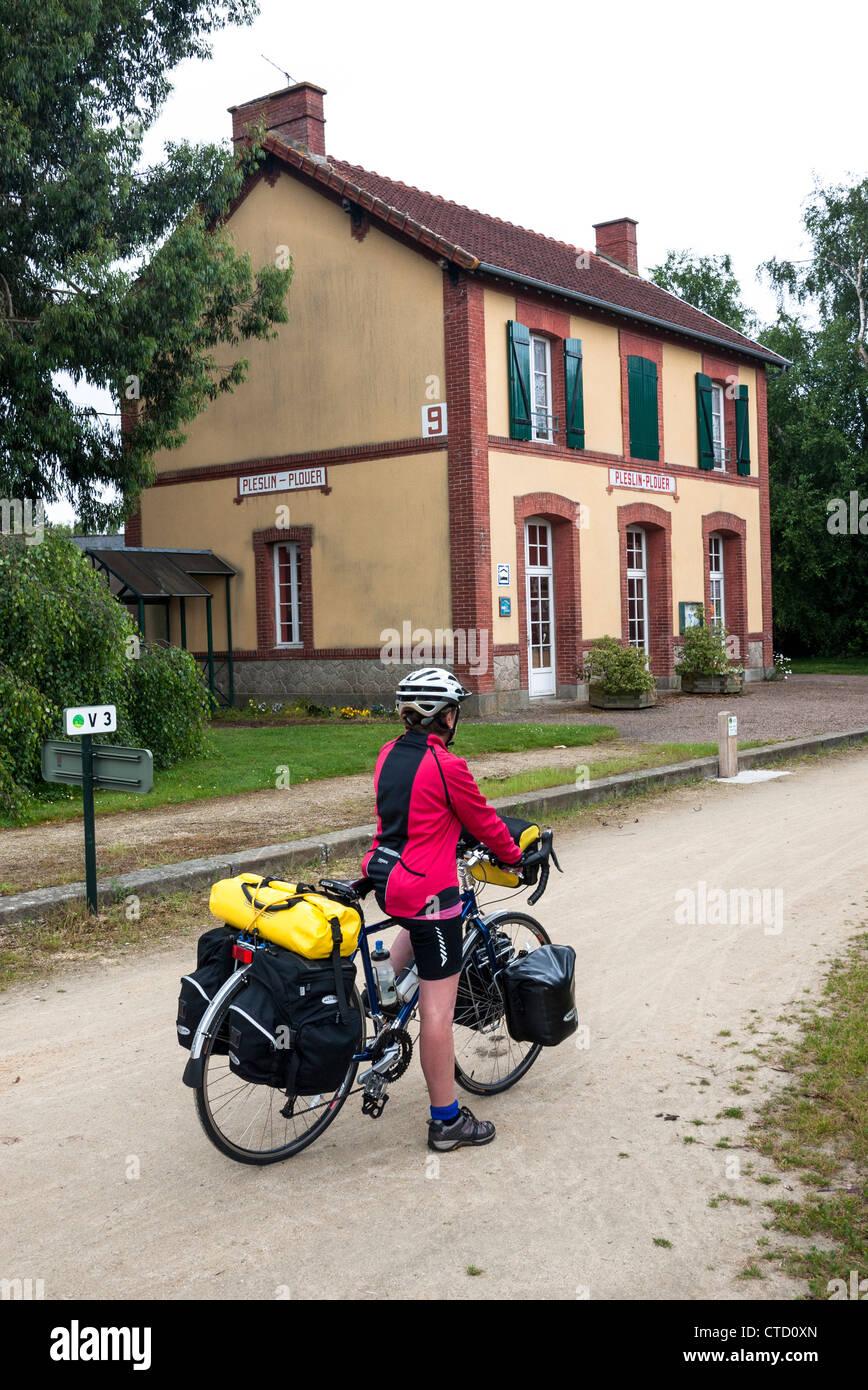 Ciclo femminile touring utilizzando velo percorso in Bretagna Francia Immagini Stock