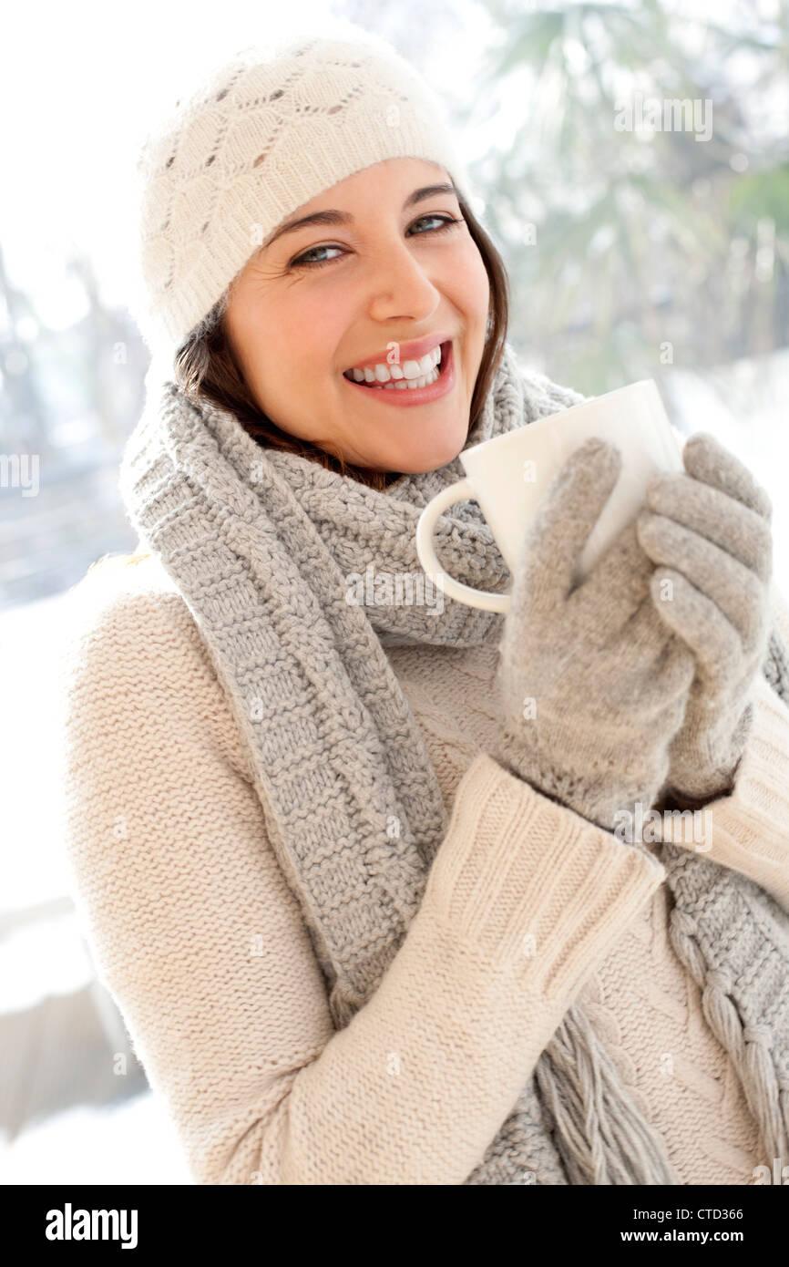 Donna felice in condizioni di clima freddo Immagini Stock